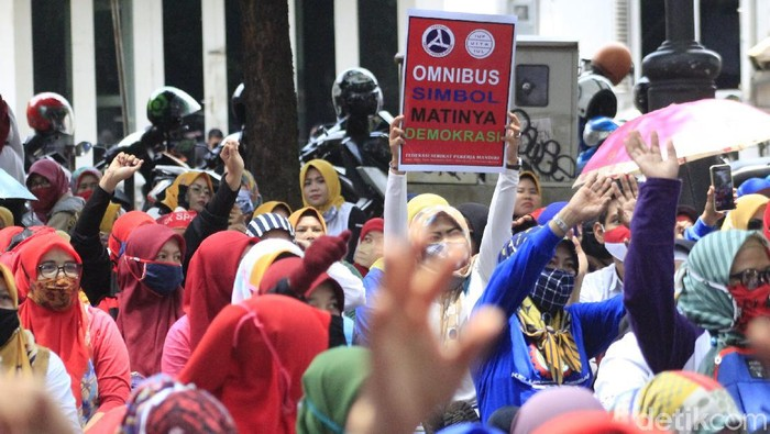 Demo buruh tolak Omnibus Law di Kota Bandung.