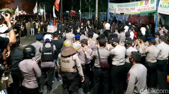 Unjuk rasa mahasiswa menolak omnibus law UU Cipta Kerja di Serang, Banten, berujung ricuh. Ini foto-fotonya.