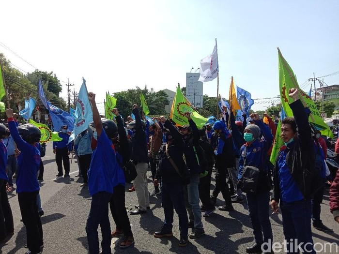 Sekitar 750 orang dari Serikat Pekerja Kimia, Energi dan Pertambangan Serikat Pekerja Seluruh Indonesia (SPKEP SPSI) demo di depan Gedung DPRD Jawa Timur. Mereka menuntut Presiden Joko Widodo mengeluarkan Perppu sebagai pengganti Undang-Undang Omnibus Law Cipta Kerja.