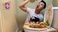 Duh! Orang-orang Ini Rela Makan di Lubang WC yang Jorok
