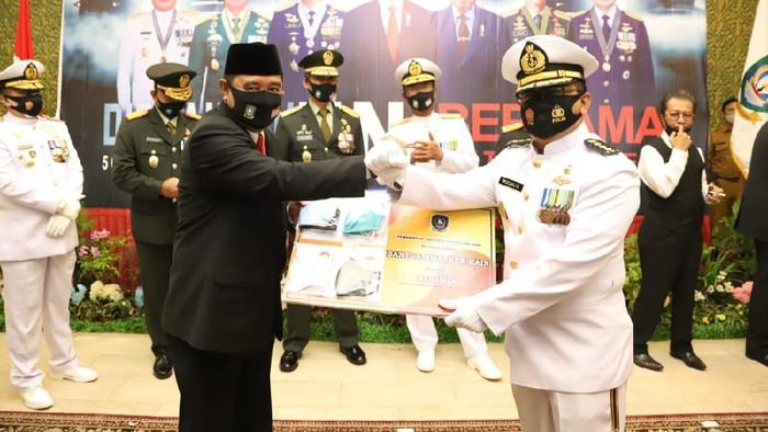 Pjs. Gubernur Kepulauan Riau Bahtiar melakukan aksi nyata pencegahan penyebaran COVID-19 dalam rangka mendukung pilkada sehat dengan membagikan masker