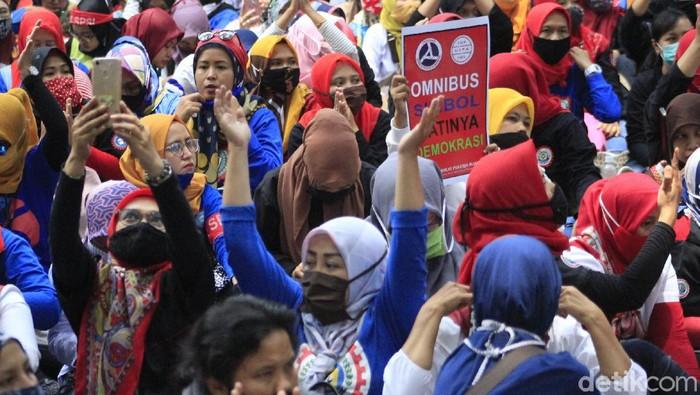 Emak-emak mendominasi jumlah peserta unjukrasa penolakan UU Omnibus Law Cipta Kerja di depan Balai Kota Bandung, Selasa (6/10/2020). Sebagian dari mereka bahkan rela berjalan kaki berkilo-kilo meter untuk menolak peraturan yang dianggap menyengsarakan kaum buruh itu.