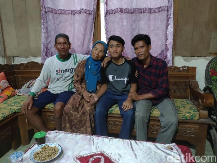 Ervan Wahyu Anjarworo (tengah) bertemu dengan keluarganya di Sragen, Selasa (6/10/2020).