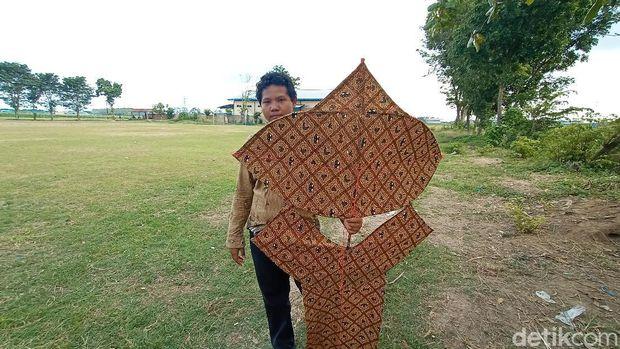 Fertival layang-layang di hari batik