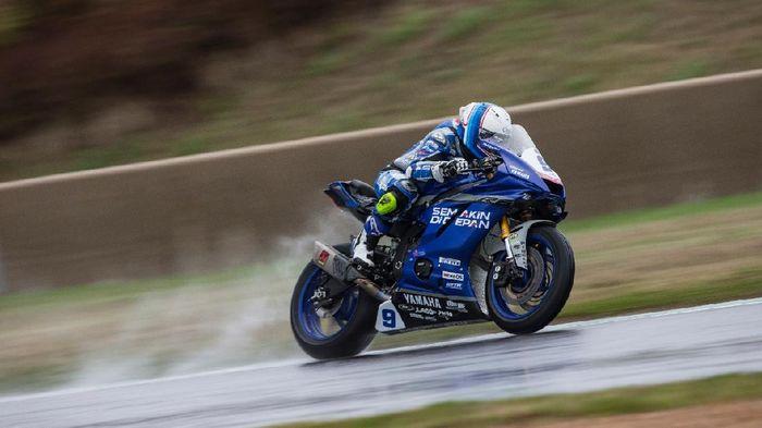 Pebalap Yamaha, Galang Hendra, kini berpengalaman turun di lintasan basah.