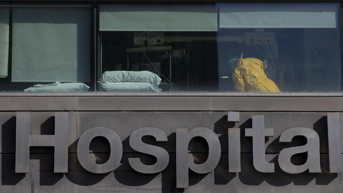 A doctor works at the La Paz hospital in Madrid, Spain, Monday, Oct. 5, 2020. Madrid has been the source of Europes most worrying surge of infections in the ongoing second wave of the pandemic. (AP Photo/Manu Fernandez)