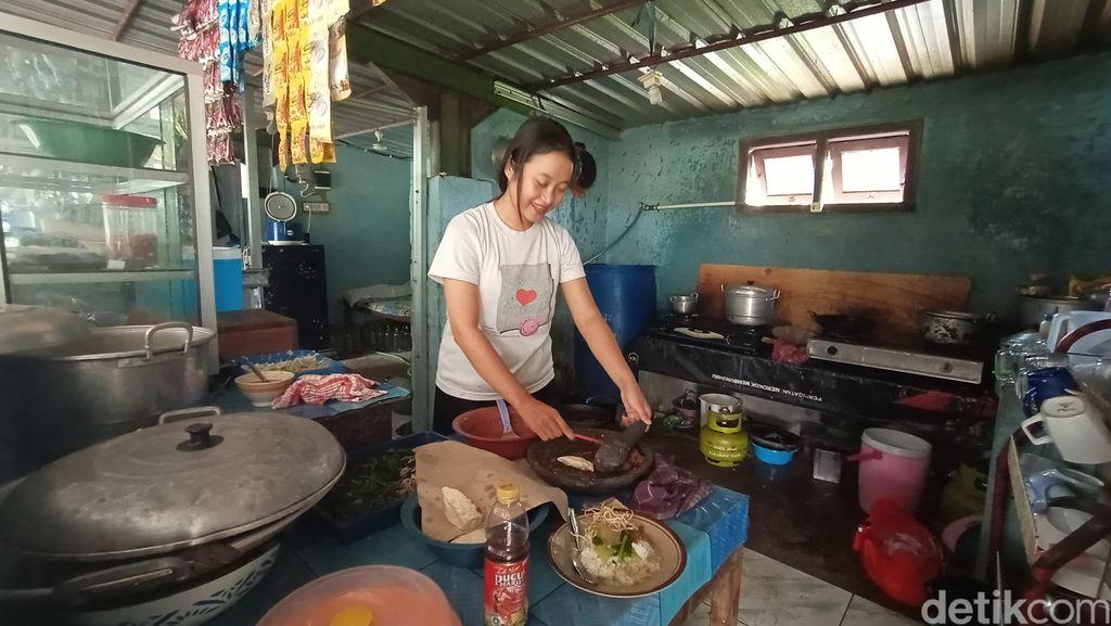 Kisah Mahasiswi yang Jadi Penjual Makanan Demi Bantu Keluarga