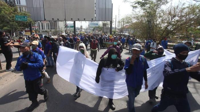 Long march buruh yang hendak ke DPRD Kabupaten Bekasi