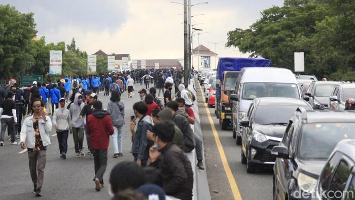 Satu jam sudah ribuan mahasiswa menduduki jalan layang (fly over) Pasupati di Kota Bandung, Selasa (5/6/2020) sore. Mereka mulai menutup jalan dari mulut Pasupati yang mengarah ke Jalan Pasteur.