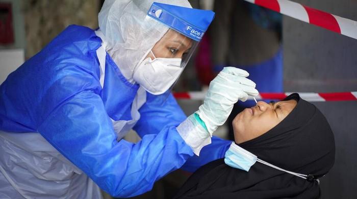 Otoritas Malaysia melaporkan 432 kasus COVID-19 baru pada hari Senin (5/10/2020). Angka ini adalah lonjakan kasus infeksi harian terbesar di negara itu.