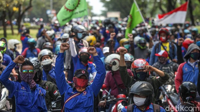 Ratusan buruh di Cikarang, Jawa Barat, turun ke jalan menolak pengesahan Omnibus Law. Mereka melakukan aksi konvoi dorong motor.