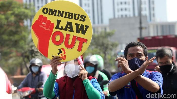 Buruh melakukan longmarch untuk menolak pengesahannya Omnibus Law, Selasa (6/10/2020). Namun sebelum sampai di lokasi aksi di kantor Pemkab Bekasi, buruh dimintai untuk putar balik.