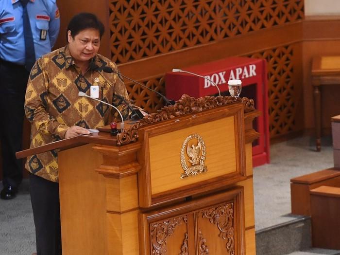 Menko Perekonomian Airlangga Hartarto menyampaikan pendapat akhir pemerintah saat pembahasan tingkat II RUU Cipta Kerja pada Rapat Paripurna di Kompleks Parlemen, Senayan, Jakarta, Senin (5/10/2020). Dalam rapat paripurna tersebut Rancangan Undang-Undang Cipta Kerja disahkan menjadi Undang-Undang. ANTARA FOTO/Hafidz Mubarak A/pras.