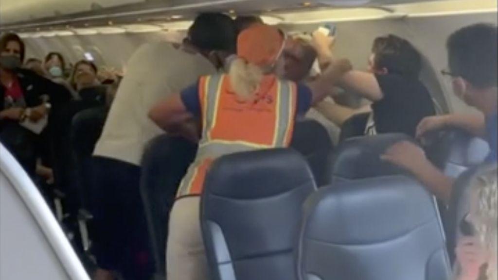 Duh, 2 Penumpang Duel di Pesawat Gegara Masker