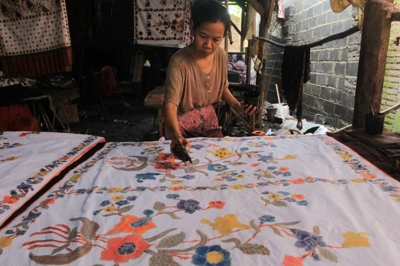 Perajin batik di Kampung batik Kauman Pekalongan