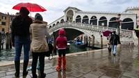 Kini, sebuah teknologi berupa pintu air bisa mencegah air menggenang di salah satu kota Italia ini.