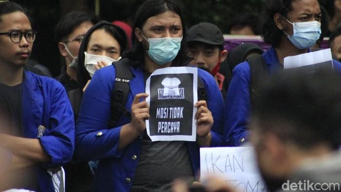 Ada penampakan pocong saat ribuan mahasiswa yang berasal dari berbagai perguruan tinggi di Bandung Raya berunjuk rasa di depan Gedung DPRD Jabar.