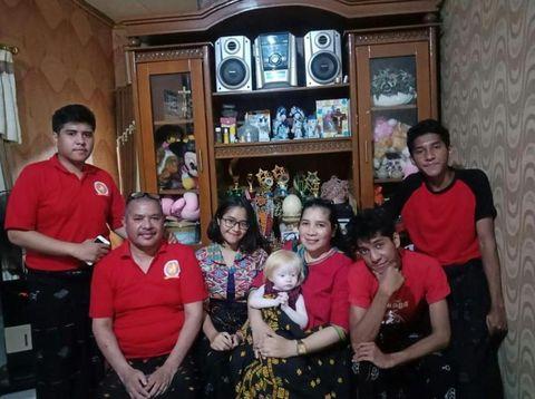 Potret Claudia Felixia Bate dan keluarga