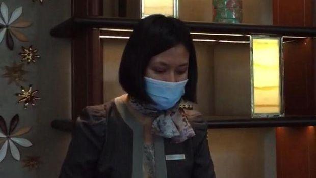 Resepsionis di Ayana Midplaza Jakarta memakai masker dan sarung tangan.