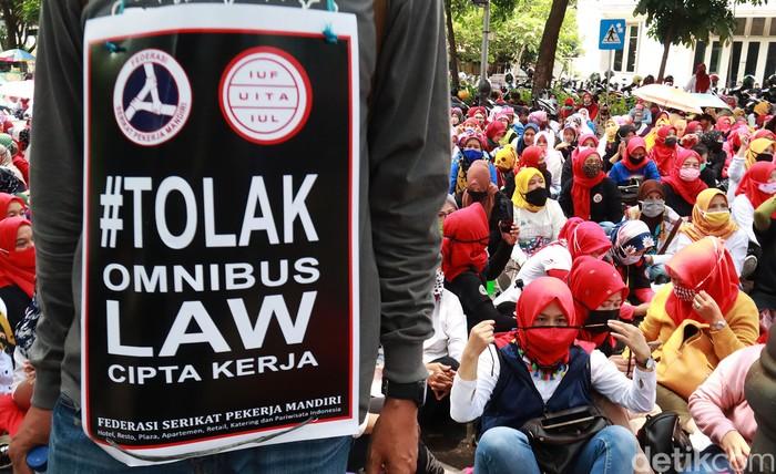 Ribuan buruh di Kota Bandung, Jawa Barat, laukukan demonstrasi di depan Kantor Wali Kota Bandung di Jalan Wastukencana, Kota Bandung, Selasa (6/10/2020). Aksi ini dilakukan dalam rangka menolak Omnibus Law Cipta Kerja yang dianggap bakal merugikan buruh.