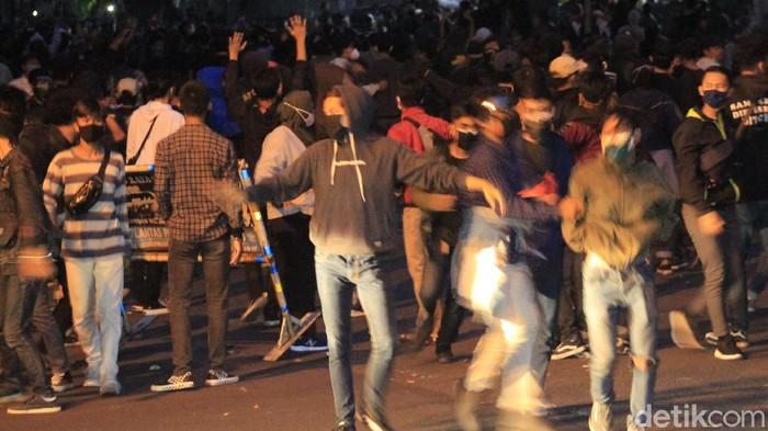 Massa kembali berkumpul di depan Gedung DPRD Jawa Barat setelah menduduki jalan layang (flyover) Pasupati, Kota Bandung.