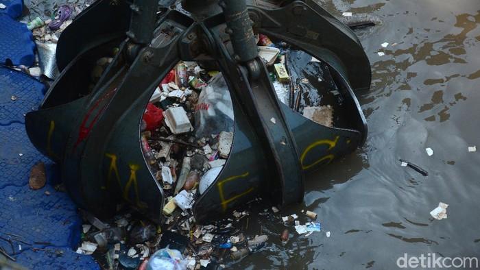 Sampah yang diangkut adalah sampah yang dibuang oleh warga saat hujan datang mengakibatkan menumpuk di pintu air Manggarai