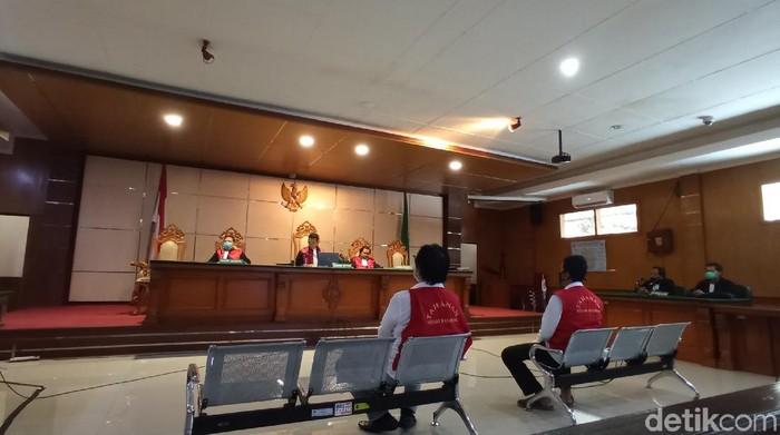 Bandung - Majelis hakim menjatuhkan vonis 3,5 tahun penjara terhadap dua orang pria akibat membuat dokumen palsu. Dokumen palsu itu digunakan untuk menggugat Kodam III Siliwangi atas lahan di Bandung.