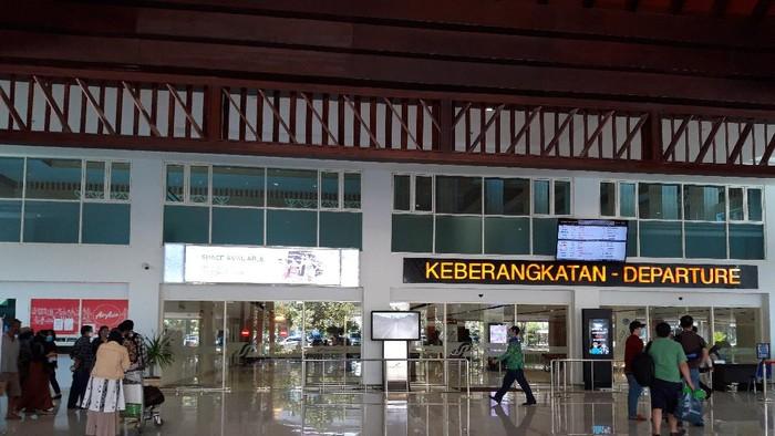 Situasi di depan terminal keberangkatan Bandara Adi Soemarmo