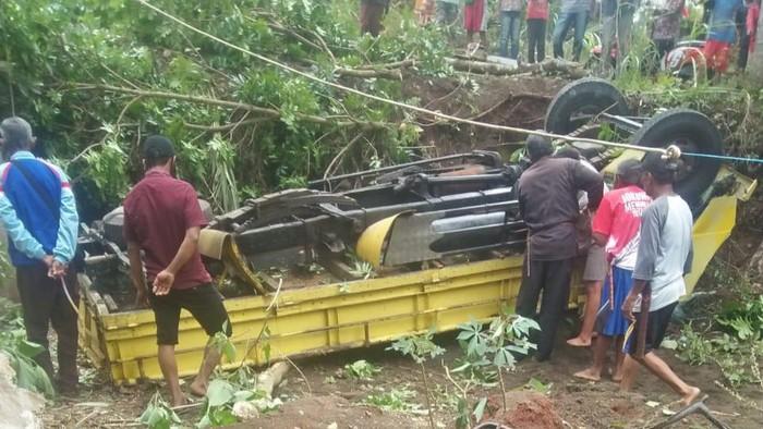 Truk bermuatan pasir terguling di Brebes, Selasa (6/10/2020). Akibat peristiwa ini sopir truk tewas di lokasi kejadian.