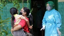 Sejumlah siswa sekolah dasar di Surakarta, Jawa Tengah, mendapatkan vaksin campak dan rubella.