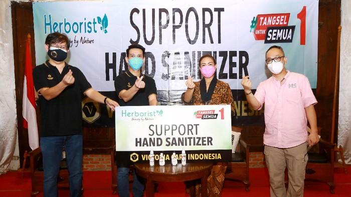 "Bantuan hand sanitizer sebagai bentuk aksi Corporate Social Responsibility (CSR) dengan tema ""Jaga Kebersihan, Lawan Corona""  digelar di Tangerang Selatan."