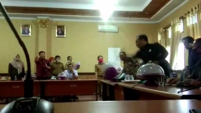 Video Ketua Komisi III DPRD Konawe Selatan, Herman Pambahako mengaku saat rapat Banmus viral.