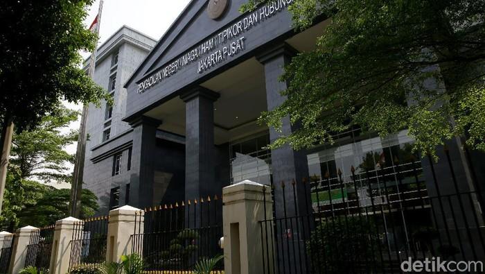 Kantor PN Jakarta Pusat ditutup sementara selama tiga hari. Hal ini setelah ada dua PNS di Pengadilan Negeri (PN) Jakarta Pusat terpapar COVID-19.