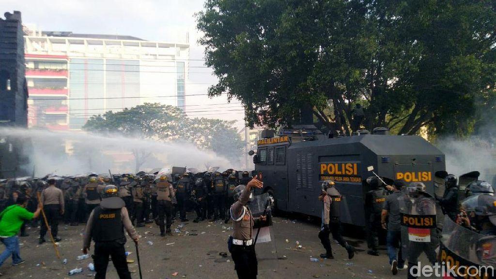 Ada Aksi Lempar Botol-Batu, Polisi Semarang Tembakkan Gas Air Mata