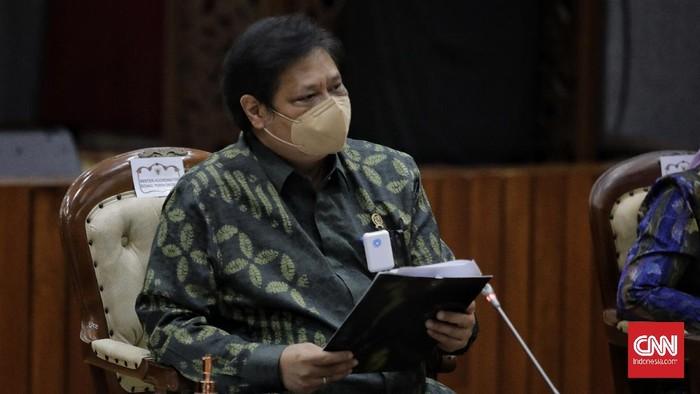 Menko Perekonomian Airlangga Hartarto memeberikan keterangan terkait penjelasan UU Cipta Kerja. Jakarta, Rabu, 7 Oktober 2020. CNN Indonesia/ Adhi Wicaksono