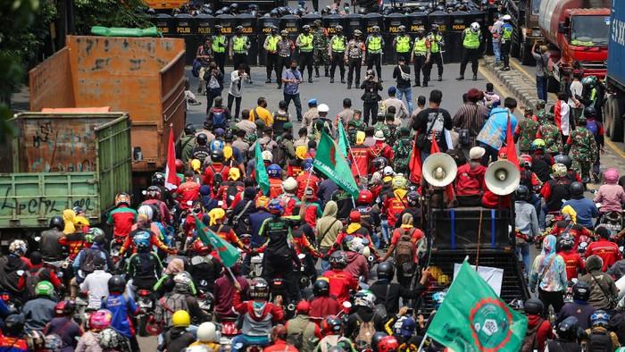 Ribuan buruh mengikuti aksi unjuk rasa di Jalan Daan Mogot, Kota Tangerang, Banten, Rabu (7/10/2020). Aksi tersebut sebagai bentuk kekecewaan buruh atas pengesahan Undang-Undang Cipta Kerja oleh DPR yang dianggap merugikan kaum buruh. ANTARA FOTO/Fauzan/aww.