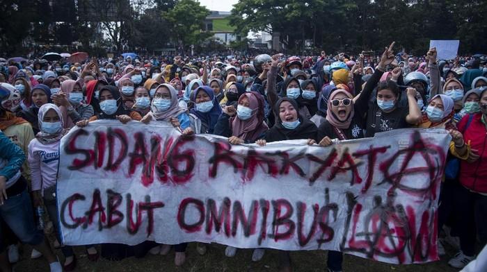Ribuan buruh bersama Aliansi Badan Eksekutif Mahasiswa se-Sukabumi melakukan aksi unjuk rasa di lapangan Merdeka, Sukabumi, Jawa Barat, Rabu (7/10/2020). Aksi tersebut merupakan penolakan buruh terhadap pengesahan UU Cipta Kerja oleh DPR. ANTARA FOTO/Iman Firmansyah/agr/aww.
