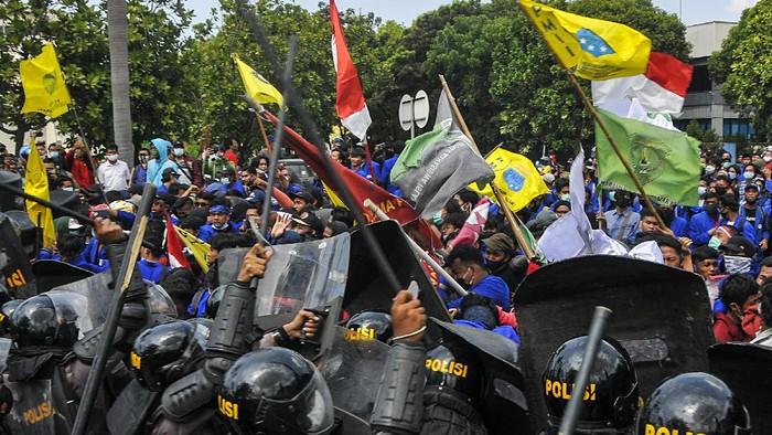 Sejumlah Mahasiswa tersungkur usai bentrokan dengan pihak Kepolisian pada aksi demonstrasi di Kawasan Industri Jababeka, Cikarang, Kabupaten Bekasi, Jawa Barat, Rabu (7/10/2020). Aksi tersebut sebagai bentuk penolakan RUU Cipta Kerja yang telah disahkan oleh DPR RI. ANTARA FOTO/ Fakhri Hermansyah