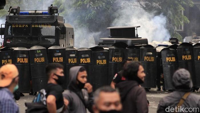 Demonstrasi lanjutan penolakan UU Cipta Kerja di Bandung kembali ricuh. Polisi kembali melepaskan gas air mata ke arah massa.