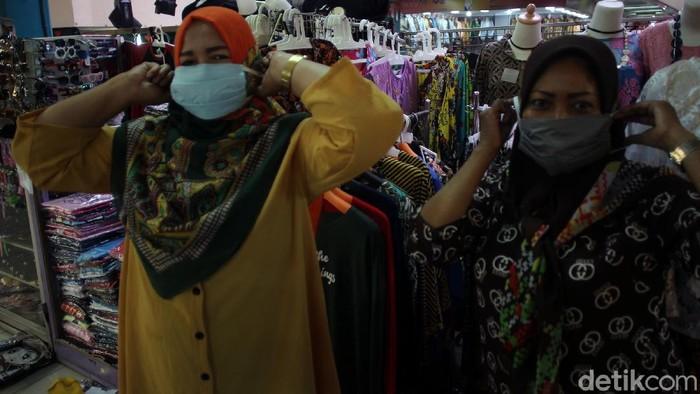 Badan Penanggulangan Bencana Daerah membagikan masker kepada pedagang Pasar Beringharjo, Yogyakarta. Hal ini dalam rangkan mencegah penulanran virus Corona.
