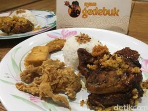 Ayam Gedebuk: Enaknya Nasi Uduk Ayam Bakar Pedas Racikan Nex Carlos