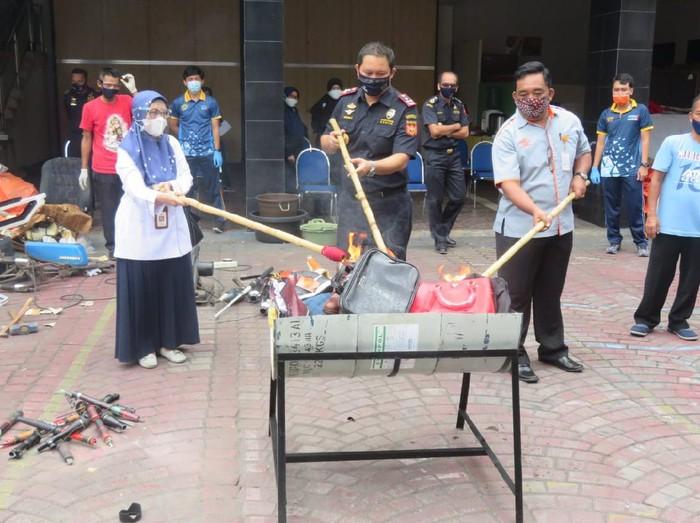 Bea Cukai Yogyakarta musnahkan rokok hingga sex toys senilai Rp 1,2 miliar, Rabu (7/10/2020).