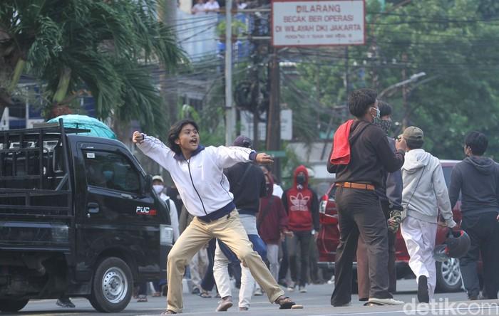Bentrokan terjadi di Jalan Tentara Pelajar, Palmerah, Jakarta, Rabu (7/10/2020). Sejumlah pelajar mulai melempari batu ke arah pos polisi Palmerah.
