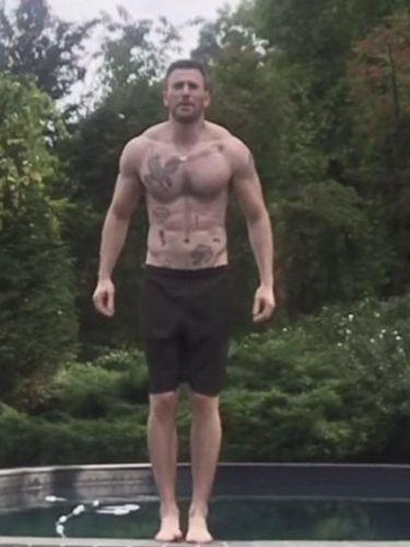 Chris Evans pamer tato di dada bikin netizen kaget.