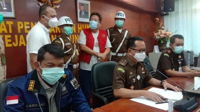 Eks pembaca berita di Metro TV, Dalton Ichiro (rompi merah) ditangkap Kejagung, Rabu (7/10/2020).