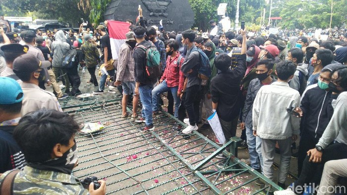 Demo Tolak Omnibus Law di Semarang. Massa merobohkan pagar kantor DPRD Jawa Tengah, Semarang, Rabu (7/10/2020).
