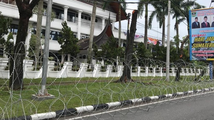 Gedung DPRD Sumbar dipagari kawat berduri, Rabu (7/10/2020).