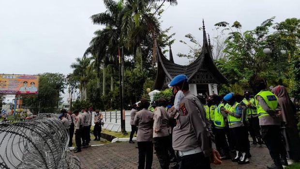Polisi bersiaga di gedung DPRD Sumbar, Rabu (7/10/2020).