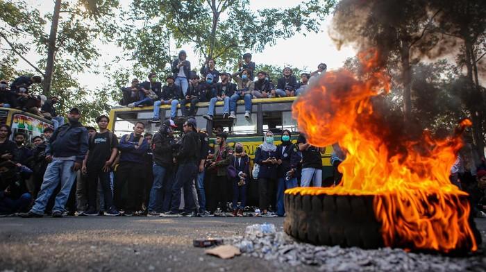 Mahasiswa di Tangerang menggelar aksi menolak disahkannya UU Cipta Kerja. Aksi bakar ban pun dilakukan di sela-sela unjuk rasa tersebut.