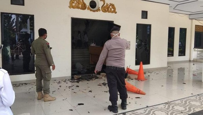 Gedung DPRD Kota Jambi dilempari batu.